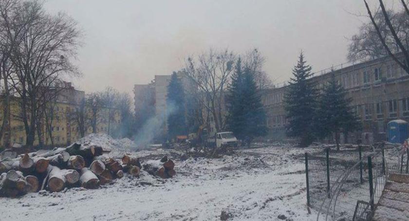 Smog na boisku Szkoły Podstawowej 119, czyli kto truje uczniów i nie wie dlaczego…