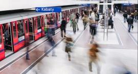 Dzielnicowy w metrze po służbie, a jednak na posterunku: idzie, patrzy, widzi i… zatrzymuje!