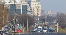Autobus staranował osobowego opla przed przejściem dla pieszych w Dolince Służewieckiej