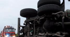 Jadąca z Gocławia na Mokotów ciężarówka z przyczepą przewróciła się na bok na Trasie Siekierkowskiej