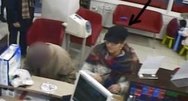 Ta kobieta może mieć związek z obrabowaniem mieszkania i kradzieżą 1200 zł