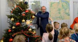 Burmistrz zaprosił dzieci do Urzędu Dzielnicy na pokoje i ubrał z nimi choinkę