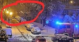 Przy ul. Mahatmy Gandhiego w nocną śnieżycę spadło drzewo na samochód